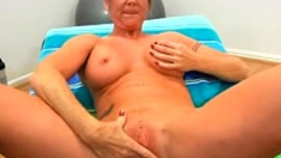 Mature Woman masturbate on..