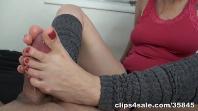 Skillful feet! MILF Footjob!